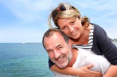 Paar genießt Ostsee