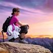 Fraun genießt Ausblick im Gebirge