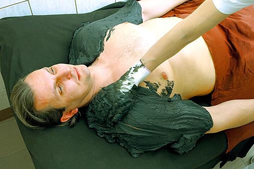 Mann mit Schlammpackung in Piešťany