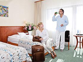 Paar angekommen im Hotel Arka Kolberg