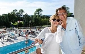 Paar steht am Pool des Hotels Arka in Kolberg