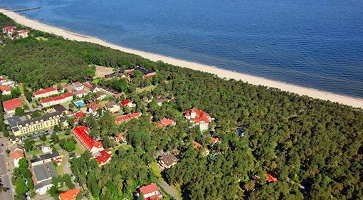 Niechorze aus der Vogelperspektive mit den Hotels Chimera und Jantar Spa