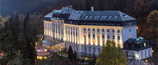 Radium Palace Jáchymov schönes Abendbild im Gebirge