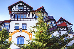 Hauptgebäude Park Hotel aus der Froschperspektive