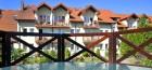 teilansicht-hotel-kormoran-vorne-etwas-vom-gartenpool-zu-sehen