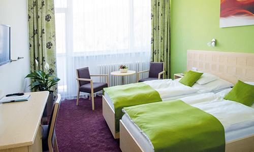 Modernes Zimmer im Hotel Behounek