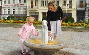 Karlsbader Trinkkur Mama und Kind