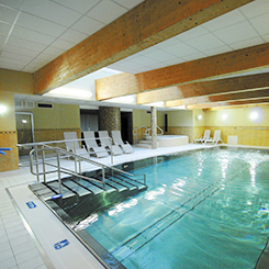 Schwimmbad des Hotels Jantar Spa mit Treppeneinstieg