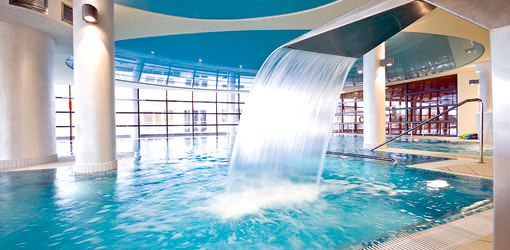 Blick auf das Schwimmbassin im Hotel Ikar Plaza