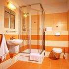 Blick ins Bad eines Gästezimmers im Hotel Maximus Spa