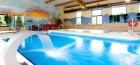 blick-zum-schwimmbecken-eine-druckstrahldse