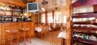 blick-zu-bar-weinregal-und-restaurant