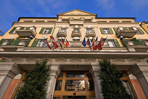 Eingang Kurhotel Pawlik von unten fotografiert