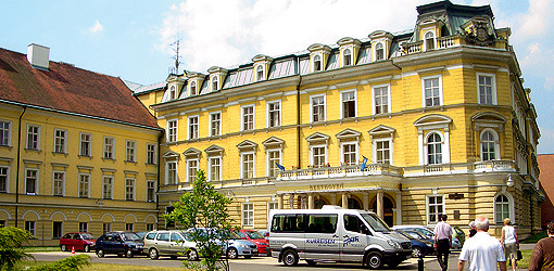 FFAIR-Reisen-Kleinbus vorm Bad-Teplitzer Kurhaus Beethoven