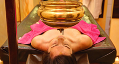 Frau genießt Wellness-Anwwendung
