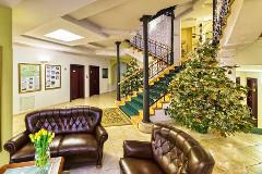 Lobby des Kurhotels Berlinjer mit Weihnachtsbaum