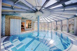 Schwimmbecken im Hotel Park Avangard Sinemünde