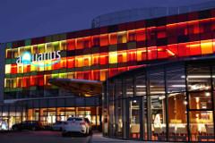 Beleuchteter Eingangsbereich des Aquarius Spa