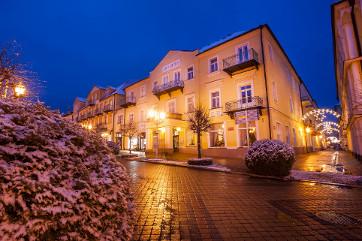 Franzensbader Kurhotel Goethe an einem Winterabend