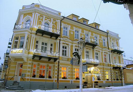 Mit Lichtern geschmücktes winterliches Hotel Palace