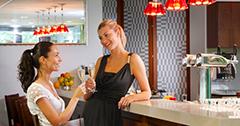 Zwei Frauen an der Bar des Restaurants