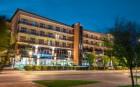 Abendliche Außenansicht des Hotels Leda