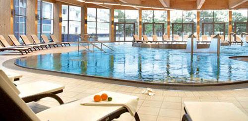 Bassin und Liegen im Hotel Auarius Spa Kolberg