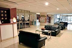 Rezeption Teilansicht links und Eingangshalle mit Lobby