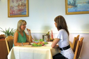 Hotelgäste des Atol im Restaurant