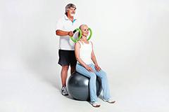 Seniorenpaar mit smovey-Ringen