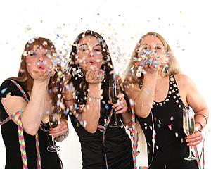 3 Frauen auf einer Silvesterparty