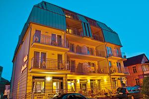 Abends belleuchtetes Hotel Villa Martini