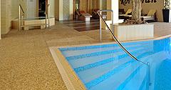 Schwimmbad im Wellness-Hotel Kormoran mit Stufen