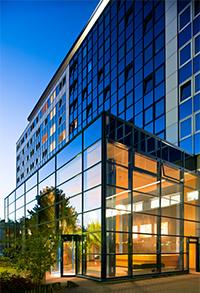 Beleuchteter Eingangsbereich des Hotels Baltic in Zinnowitz