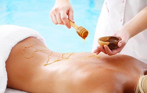 Honig wird vor der Massage aufgebracht