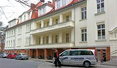 Kleinbus mit Abholservice vorm Hotel Kaisers Garten
