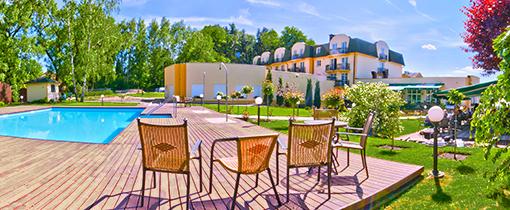 Gelände Hotel Diana mit Außenschwimmbecken