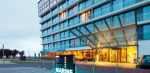 Eingang abends Marine-Hotel Kolberg