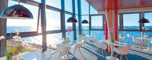Marine-Hotelcafé mit Meerblick