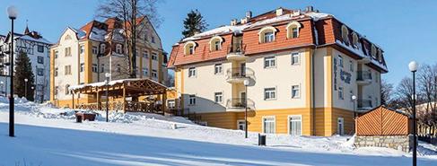 Winterliches Kurhaus Sanus im polnischen Bad Flinsberg