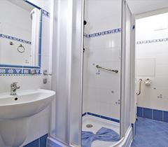 Sanitärbereich eines Zimmers im Hotel Palace 2