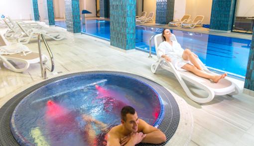Schwimmbad und Whirlpool im Hotel Ewerdin