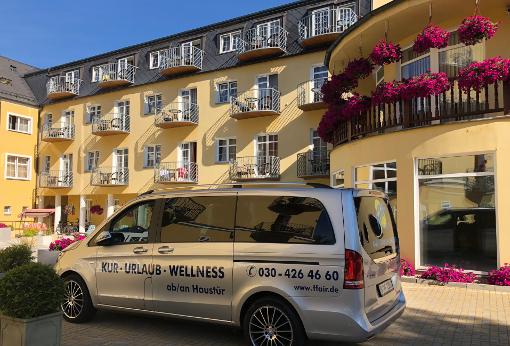 FFAIR-Reisen-Kleinbus vorm Hotel Bajkal