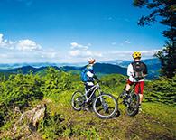 Radfahrer mit Blick ind Gebirge