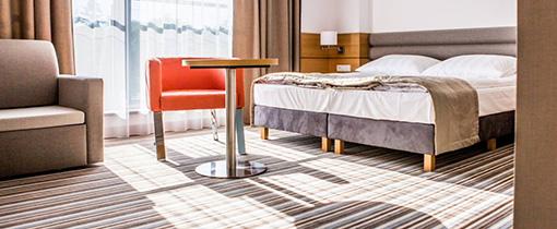 Blick in ein Zimmer mit Doppelbett