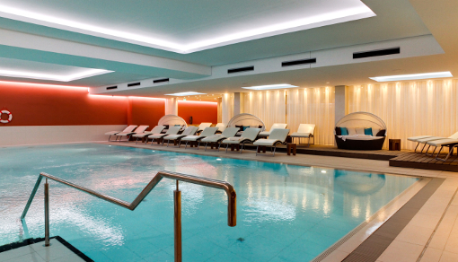 Modernes helles Schwimmbad im Seetelhotel Kaíserstrand Beachhotel Bansin
