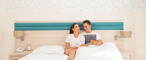 Paar im modernen Doppelzimmer