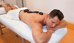 Mann genießt Hot-stone-Massage