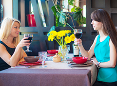 Zwei Frauen mit Wein