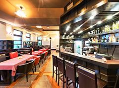 Blick zur Bar und Tischreihe des Restaurants im Hotel Sudetia